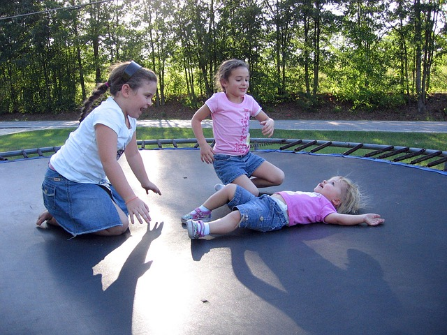 holčičky na trampolíně.jpg